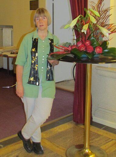 pacientka trpící myasthenia gravis stojí u stolku