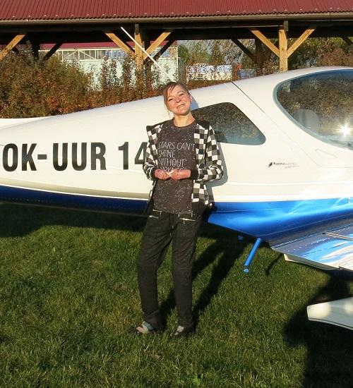 pacientka s nemocí motýlích křídel u letadla