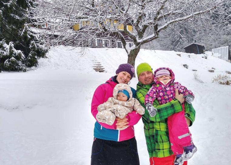 eliska trpící tetrasomií s rodiči a sourozencem v zimě