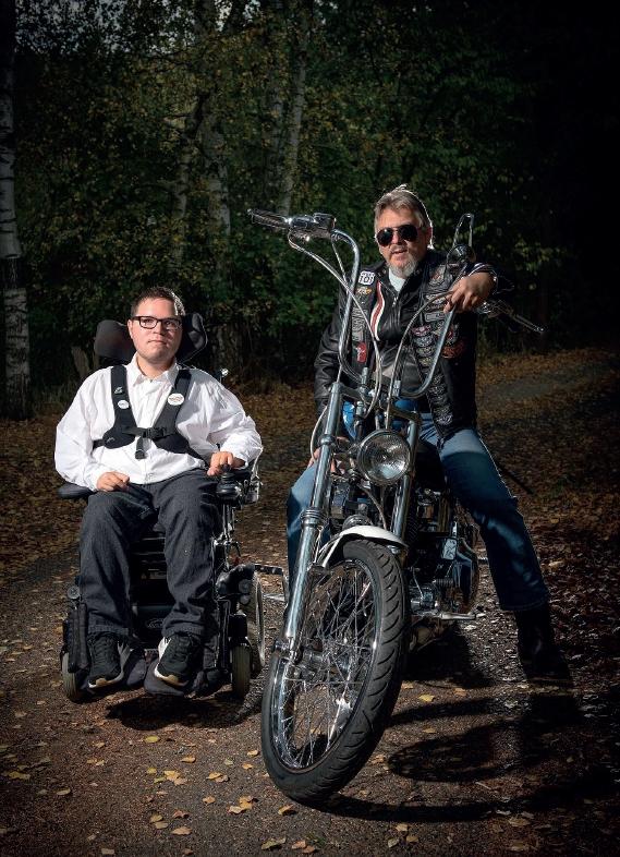 Jakub, trpící DMA, s kamarádem na motorce