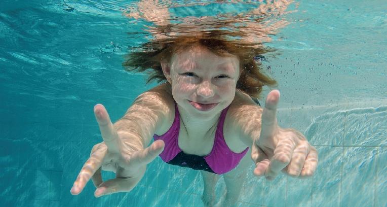 Kačenka, trpící williamsovým syndromem, v bazénu