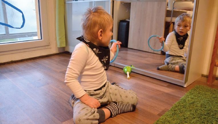 Štěpán trpící terminální delecí dlouhého ramínka 1. chromozomu před zrcadlem